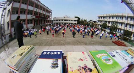 书香润古城 阆中市流动图书车开进校园里